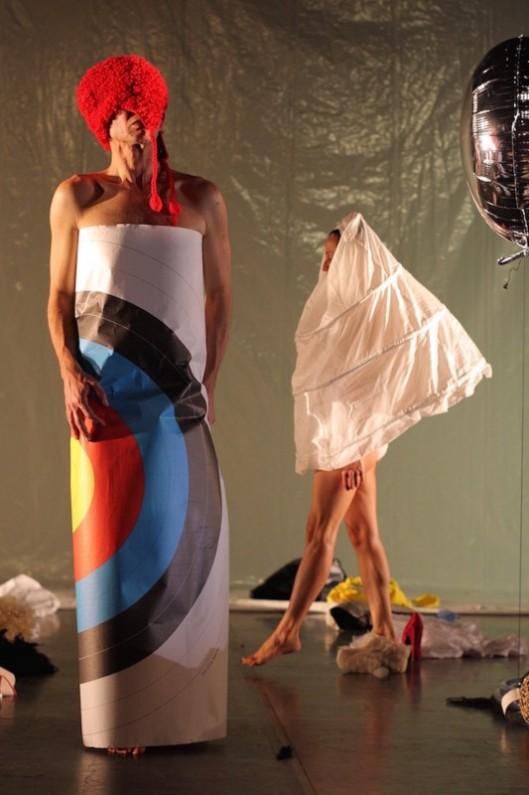 Boaz Barkan, Vera Mantero dans parade of c ostumes - parades and changes replays - Anne Collod/Anna Halprin © Jérome Delatour