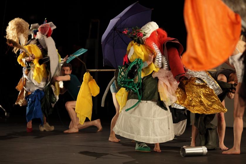 Yoann Demichelis dans parade of costumes - parades & changes, replay in expansion - Anna Halprin/Anne Collod © Jérôme Delatour